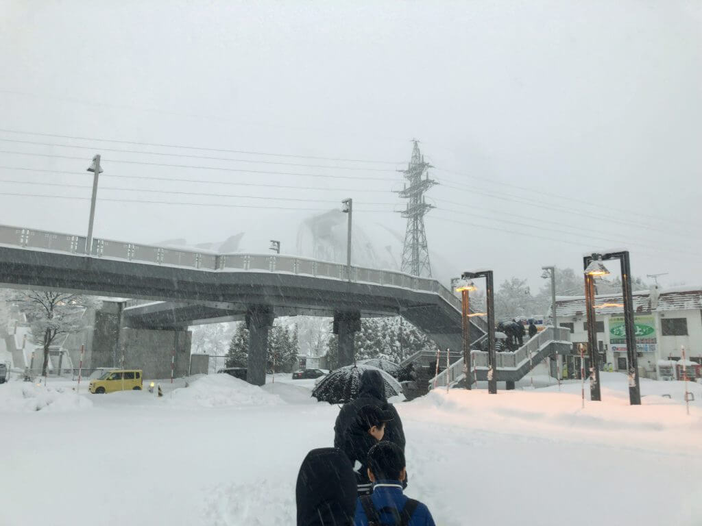 暴風雪の中の札幌ドームの試合