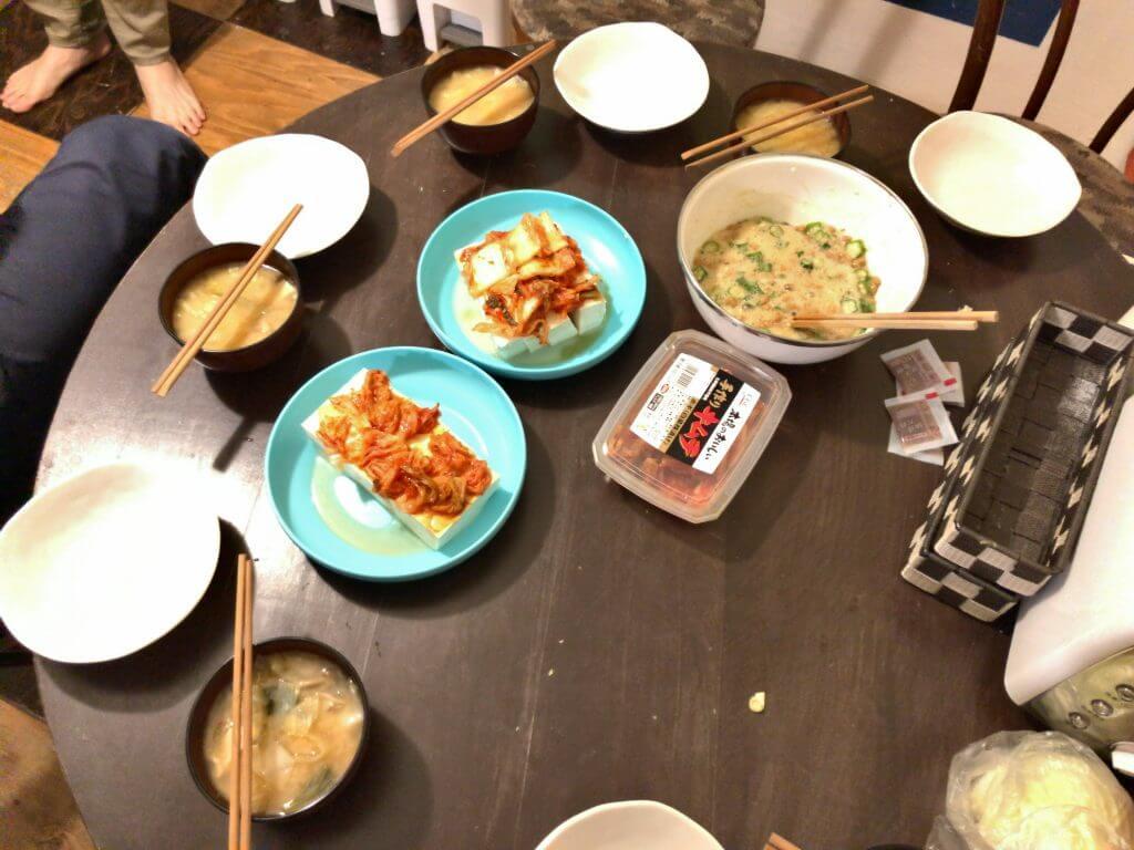 豆腐ハンバーグ、キムチを載せた豆腐ごま油付き、オクラ納豆、味噌汁、バナナ