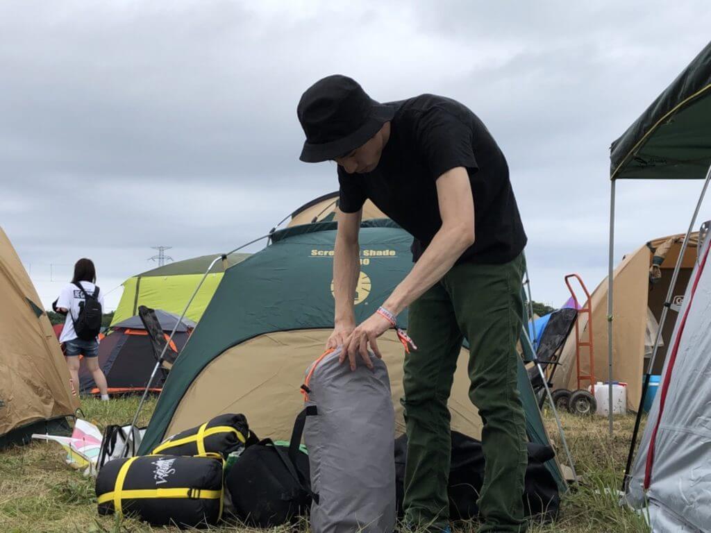 テント設営する赤沼俊幸