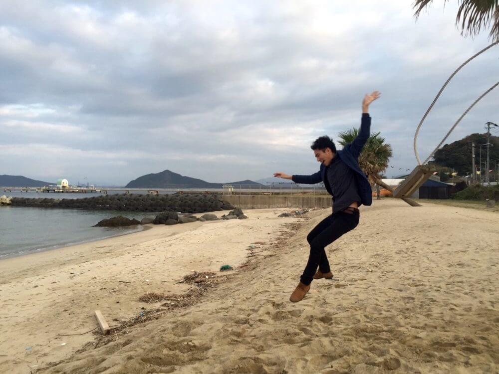 糸島の椰子の木ブランコ。ジャンプ