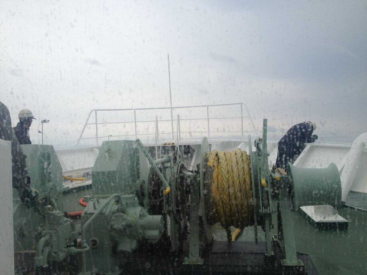 船員さんが船の周りを確認