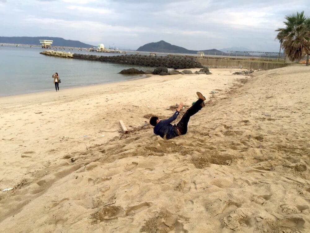 糸島の椰子の木ブランコ。砂だらけ