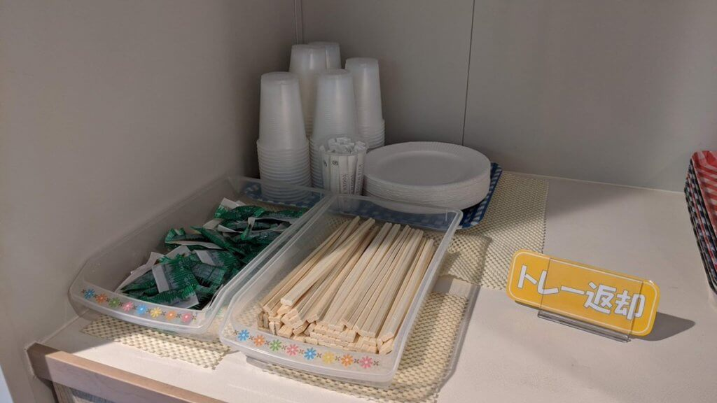 箸、醤油、プラスチックコップ、皿あり