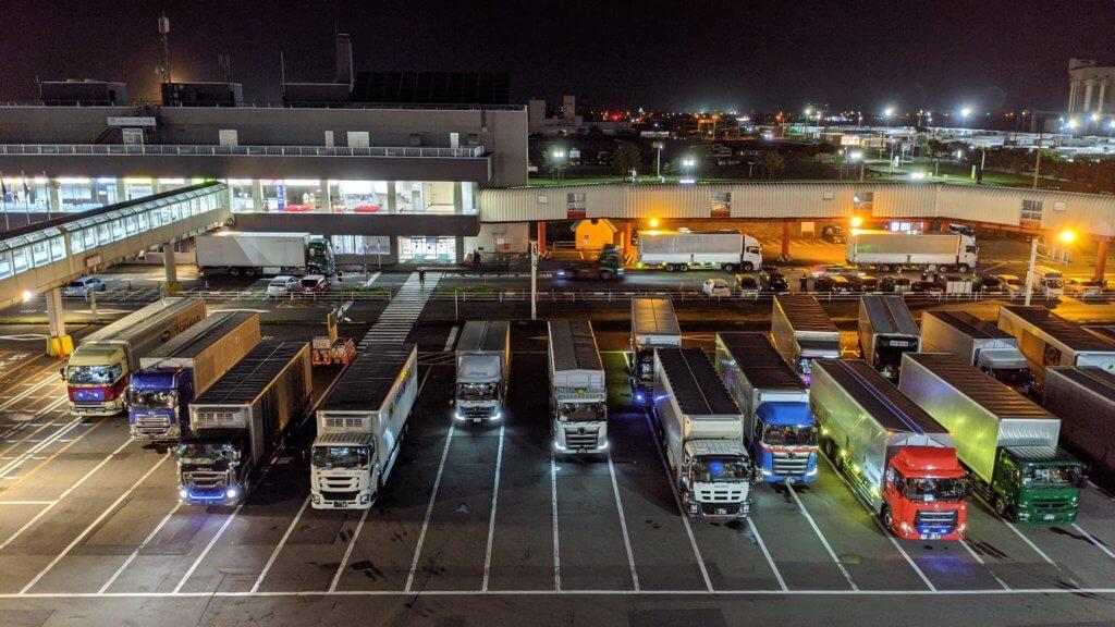 フェリーからの夜景。トラックが多い