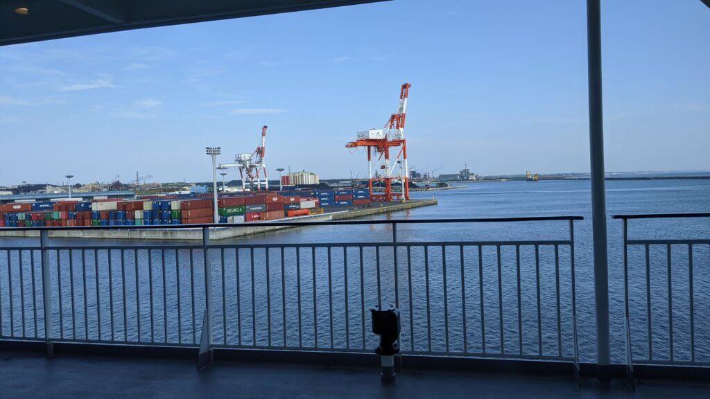フェリーからの朝の景色。港