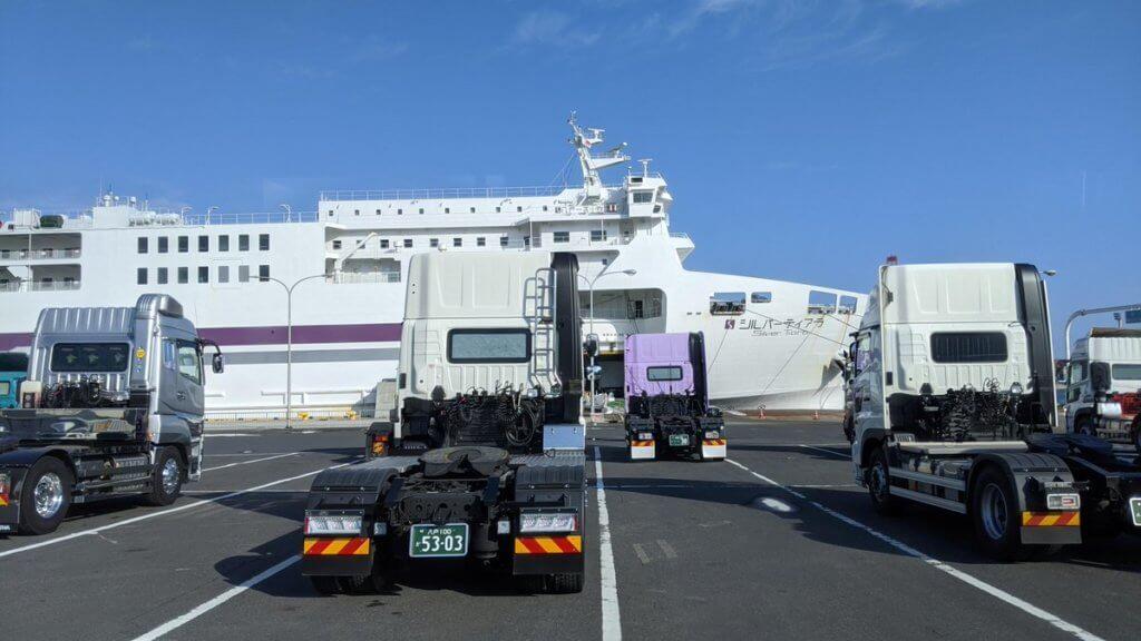 八戸港フェリーターミナルから見るシルバーティアラ