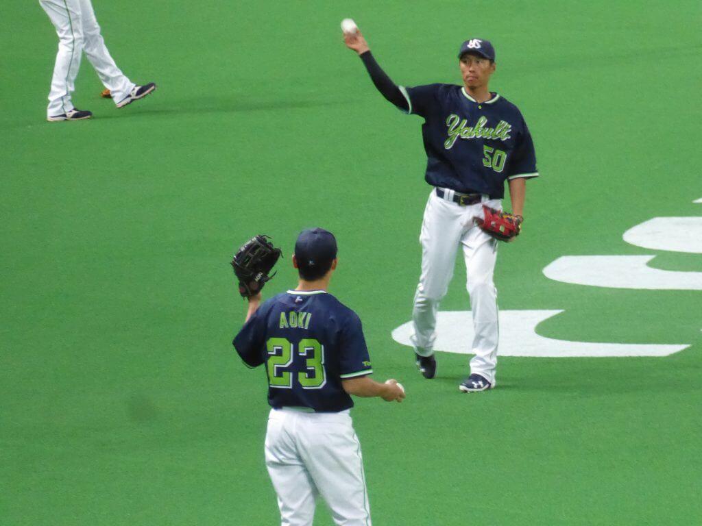 試合前、キャッチボールをする青木宣親(写真手前)と上田剛史