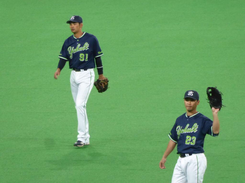 ボールを要求する青木宣親(写真手前)と、鵜久森淳志(写真奥)
