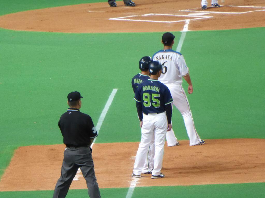 塁に出る山田哲人と、土橋勝征コーチ。僕は土橋が大好きです…今年からコーチに戻ってきてくれて感無量