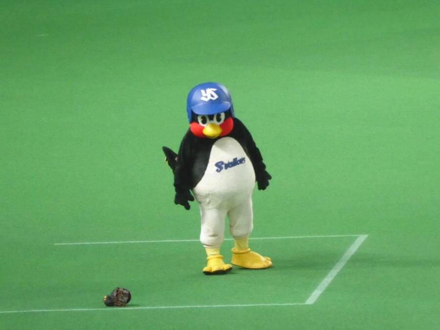 一塁コーチャーズボックスに登場するつば九郎