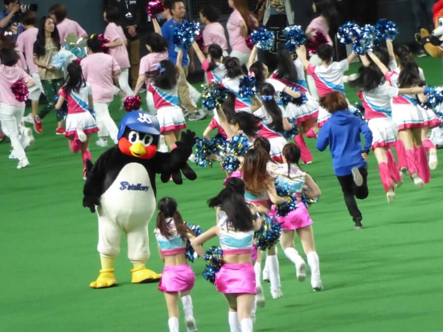 ファイターズダンススクール(?)に手を振るつば九郎(6月17日)