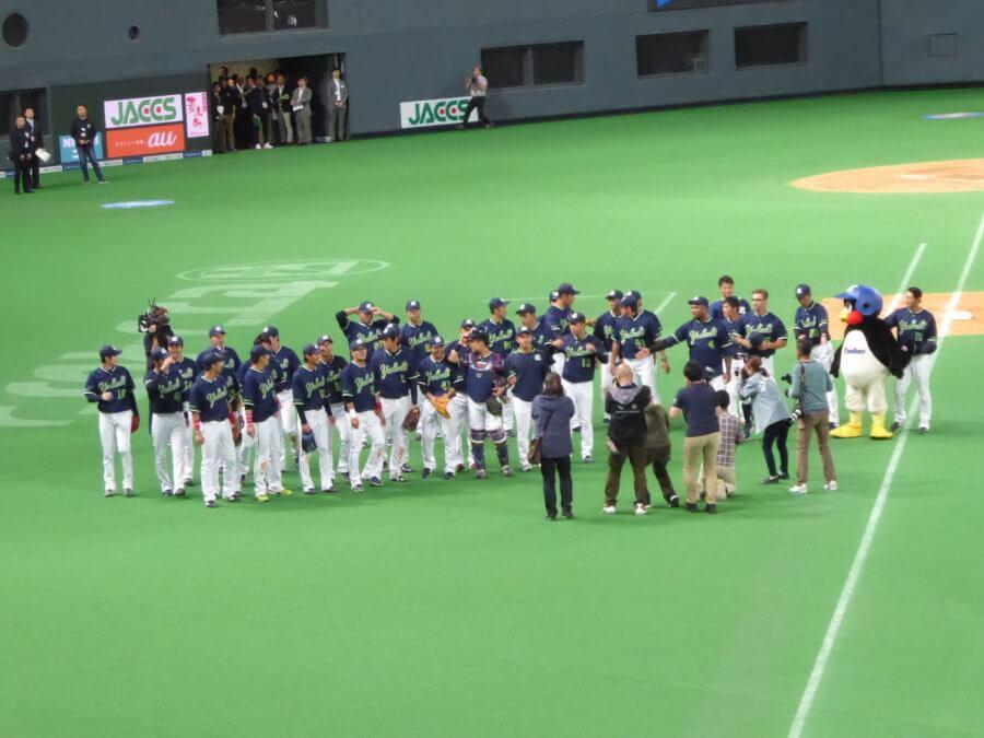 試合終了後にグラウンドに選手がグラウンドに出て記念撮影