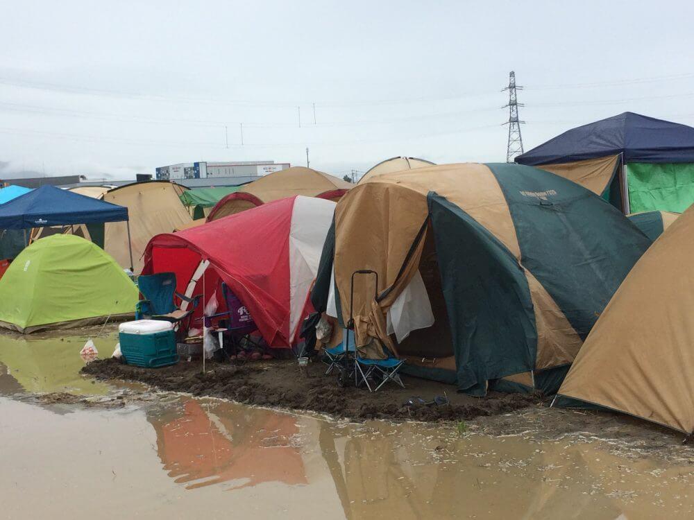 土手を作っているテントもありました。文明…