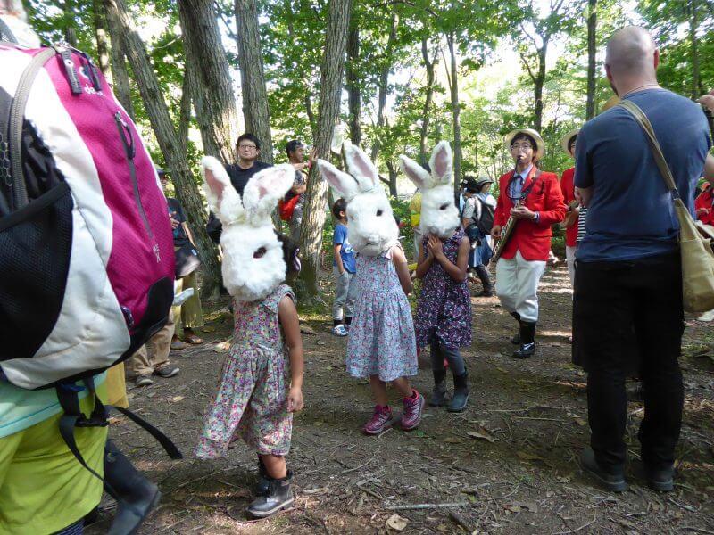 子供たちが可愛かった。曲の中で定期的に「ニャー!」と言っていて、「なんでウサギなのにニャーなんだろう?ビョンじゃなくて?」と尋ねたら、「ニャーじゃなくて、ヤーだよ」と教えてもらった。