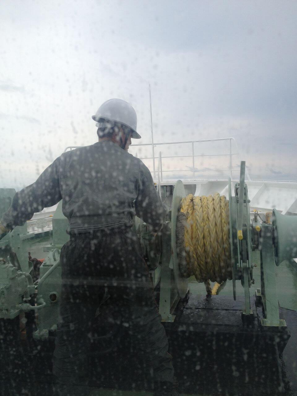 船員さんがロープを操ります