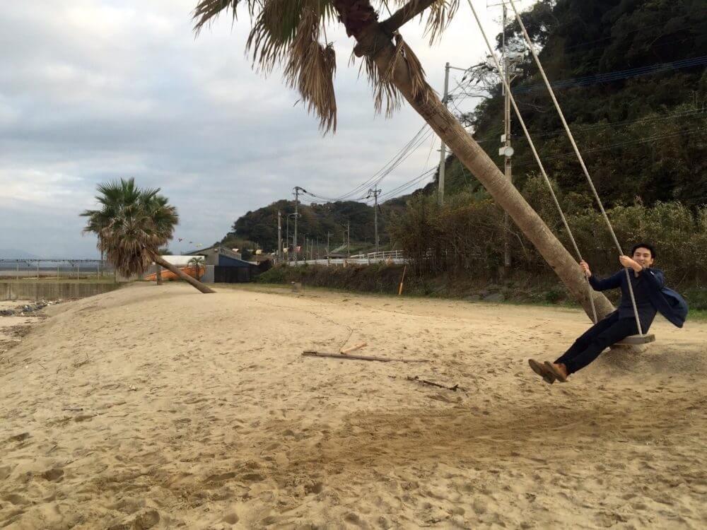 糸島の椰子の木ブランコ。ブランコ中
