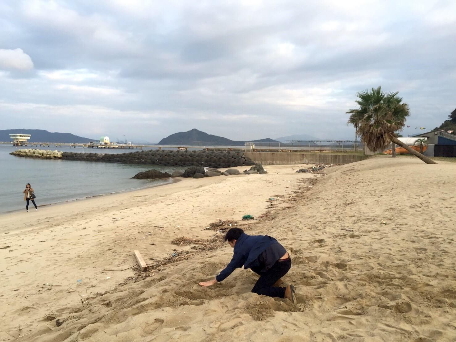 糸島の椰子の木ブランコ。着地成功に思いきや